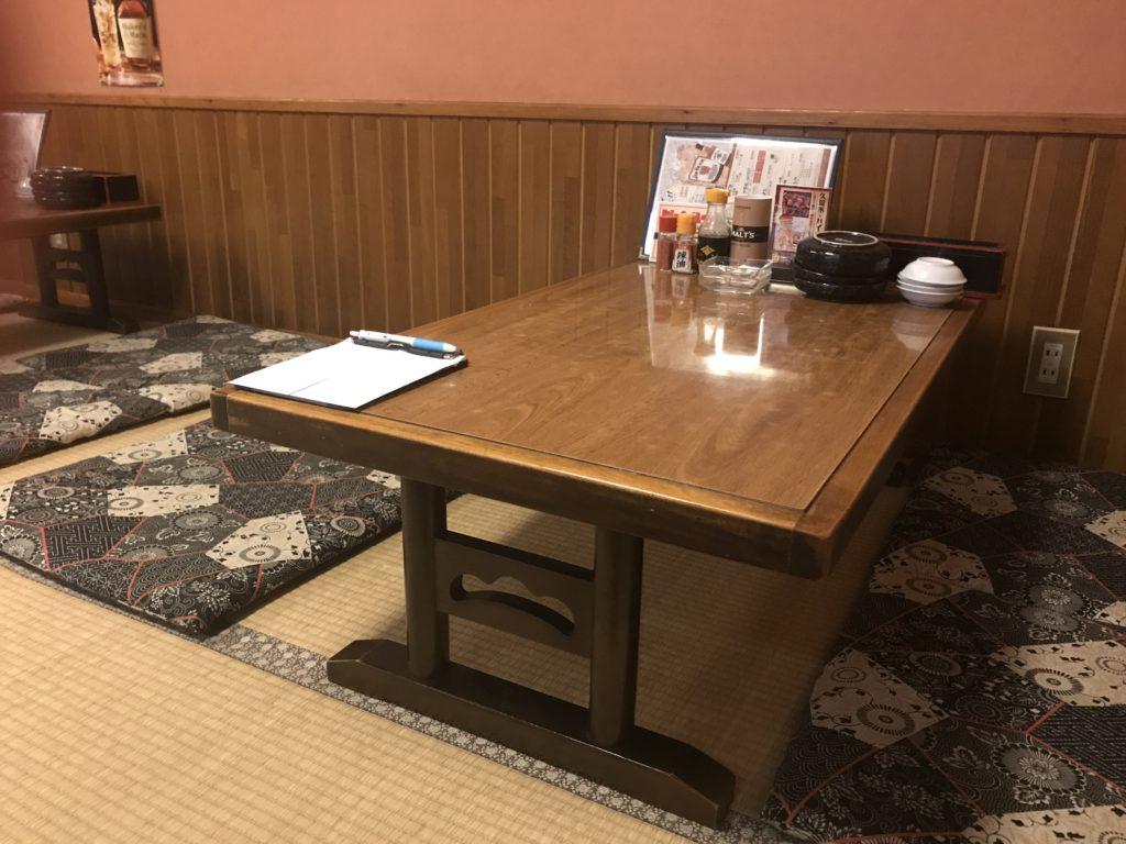 店内のテーブル席
